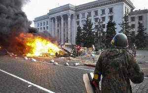 Kiev lancia offensiva a est, incendio e strage a Odessa